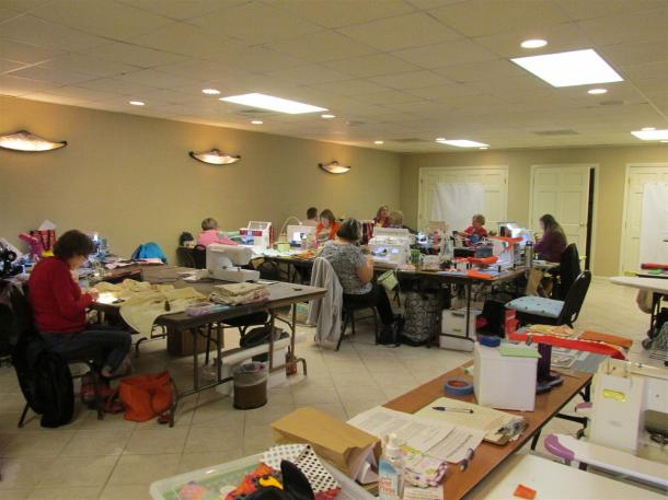 quilt-sew-in-group-at-work